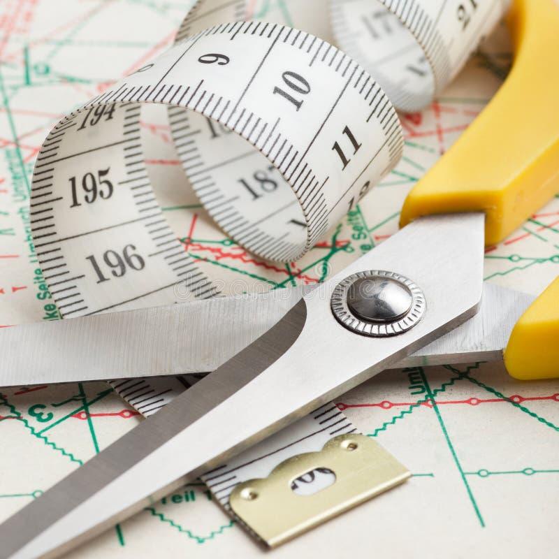 剪刀和在模式的评定的磁带 免版税库存照片