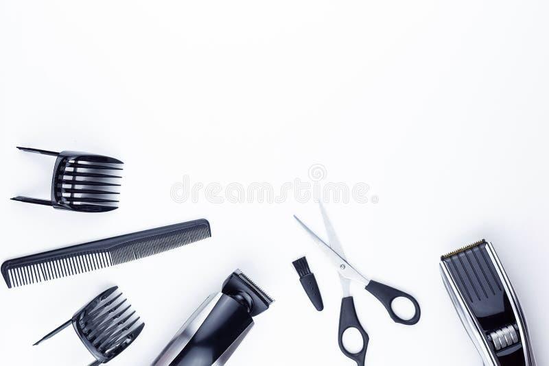 剪刀和梳子在白色 免版税库存照片