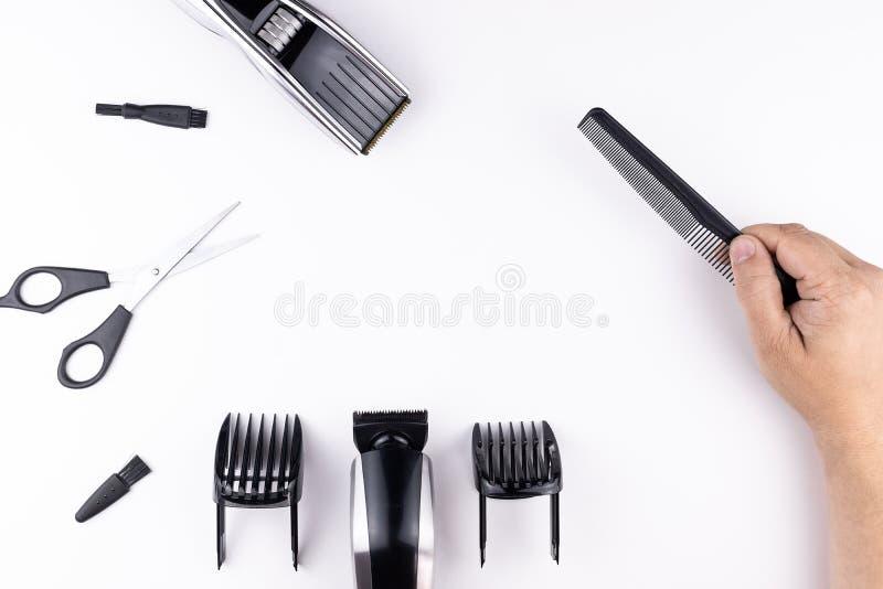 剪刀和梳子在白色 免版税库存图片
