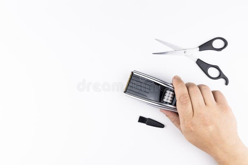 剪刀和梳子在白色 库存照片