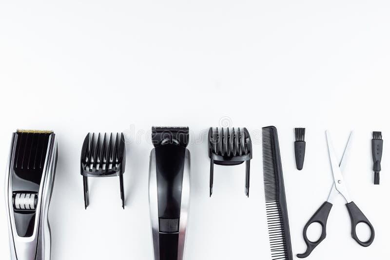 剪刀和梳子在白色 库存图片