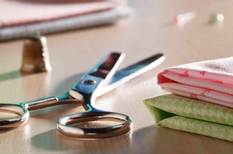 剪刀和缝合的供应 免版税库存图片