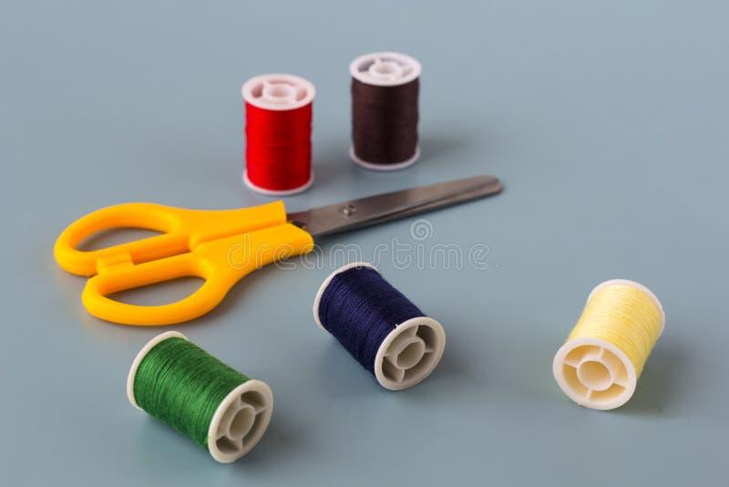 剪刀,色的螺纹短管轴  免版税图库摄影
