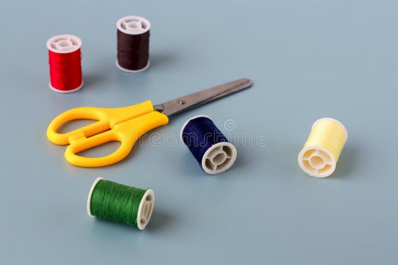剪刀,色的螺纹短管轴  免版税库存照片