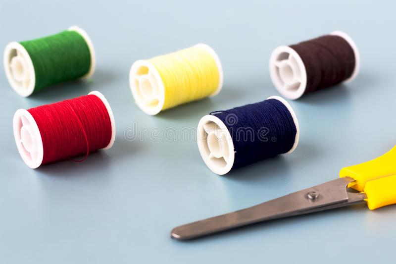 剪刀,色的螺纹短管轴  免版税库存图片