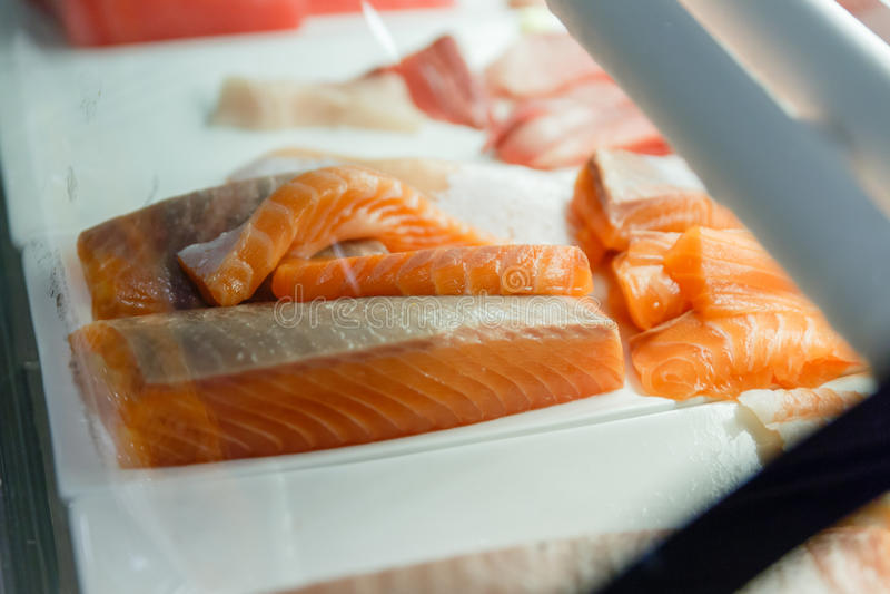 剪切三文鱼 为做寿司做准备 库存图片