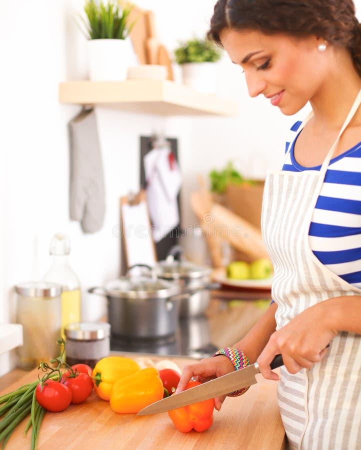 剪切厨房蔬菜妇女年轻人 库存图片
