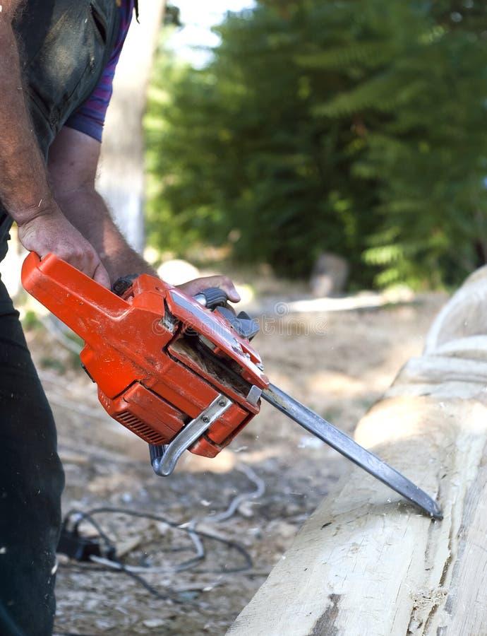 剪切马达锯木头 免版税图库摄影