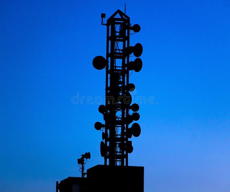 剪影与微波链路的电信帆柱 库存图片