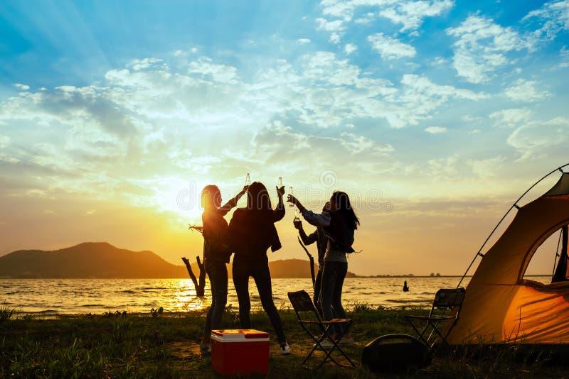 剪影与饮料瓶的小组妇女党和跳舞享受旅行 免版税库存图片