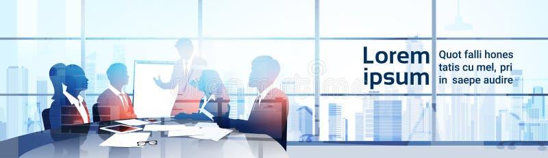 剪影与活动挂图研讨会训练会议激发灵感介绍的商人队在现代办公室 库存例证