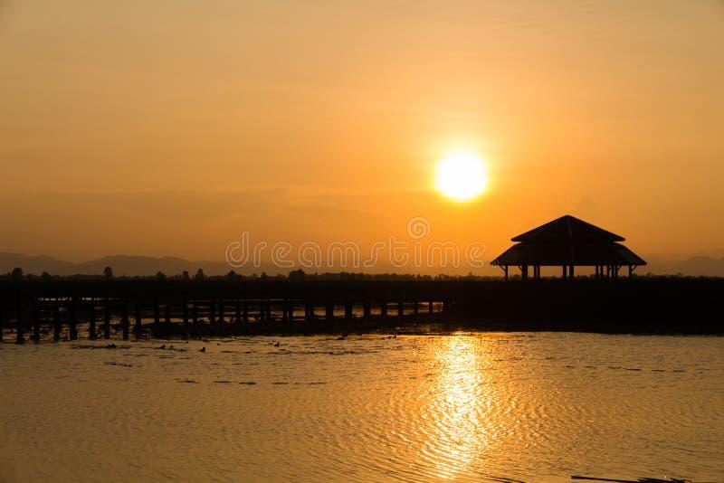 剪影亭子在日落期间的湖,la的古老亭子 图库摄影