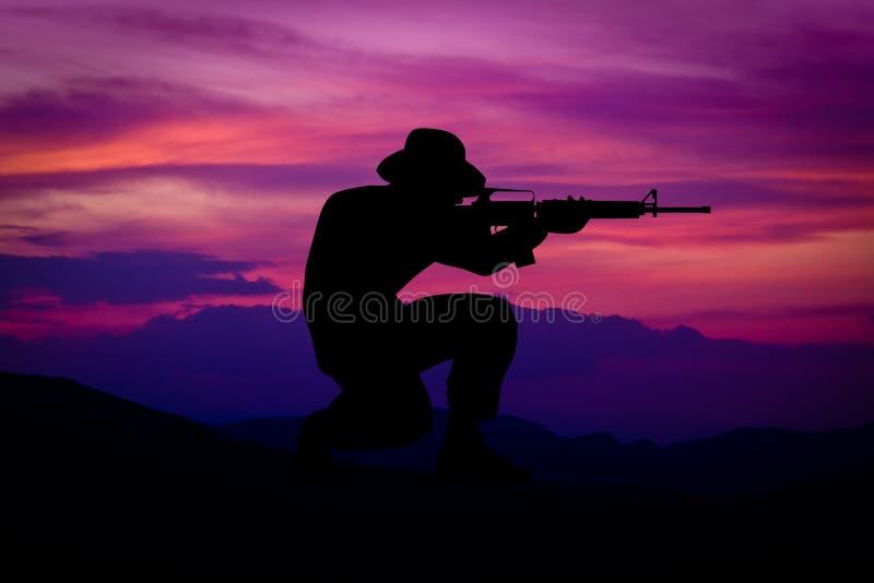 剪影作战战士蹲下 向量例证