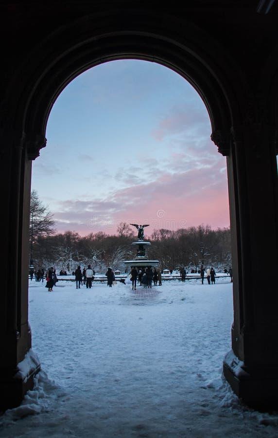 剪影入口和喷泉有日落天空的在中央公园 库存图片