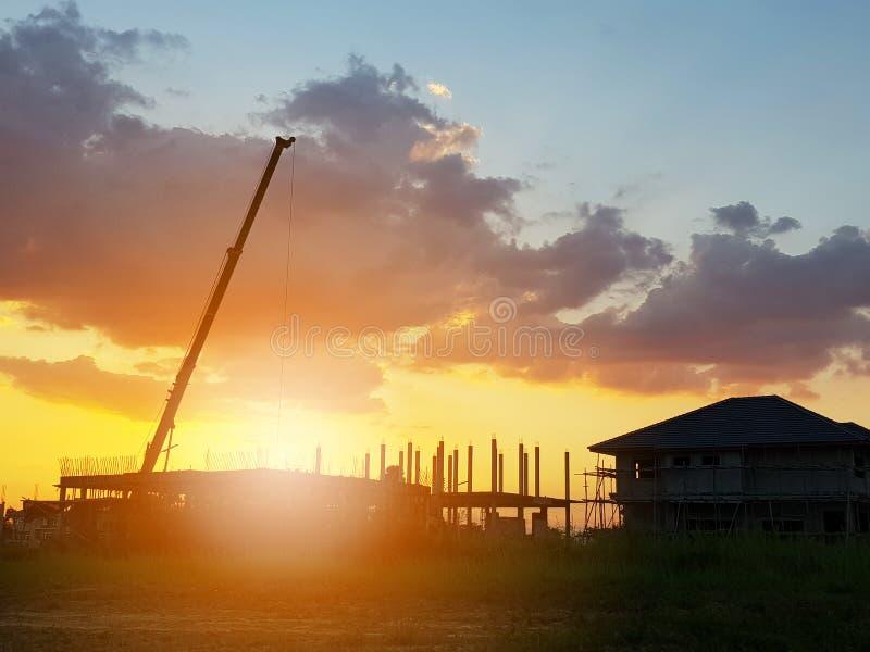剪影在建造场所的房屋建设 库存照片