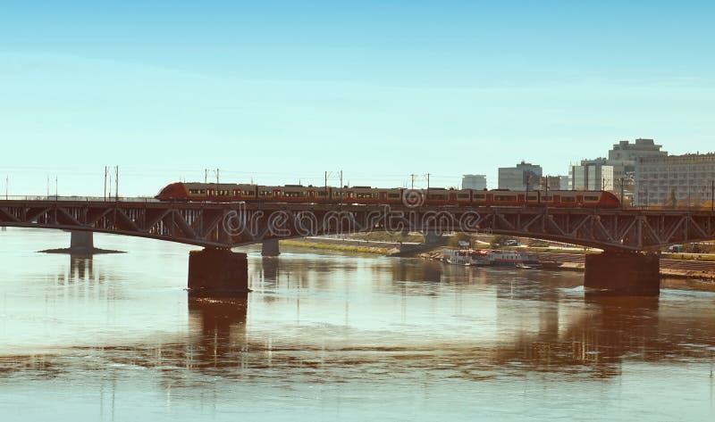 剪影在维斯瓦河,华沙的Poniatowski桥梁 库存图片