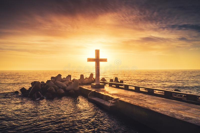 剪影基督徒十字架在海,日出射击 免版税库存照片