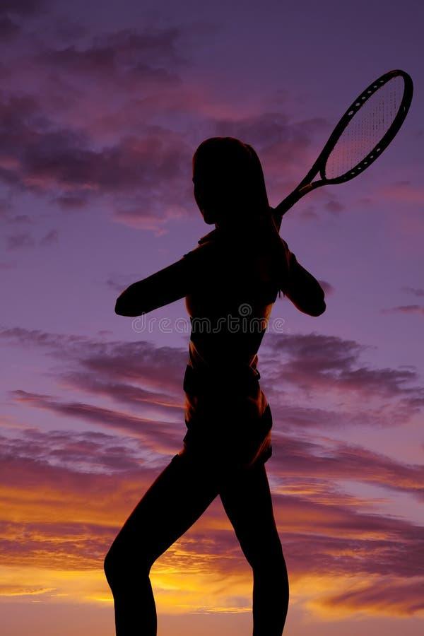 剪影女子在日落后的网球拍 免版税图库摄影