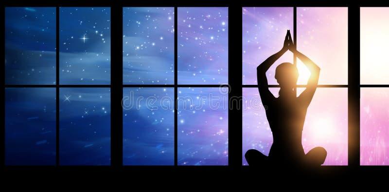 剪影女性实践的瑜伽的综合图象,当坐时 库存图片