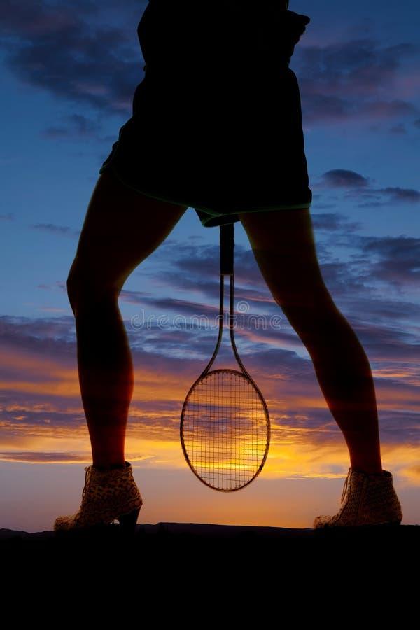 剪影妇女之间腿网球 免版税库存图片