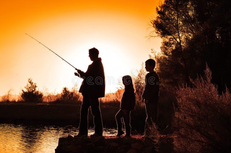 剪影家庭渔 免版税图库摄影