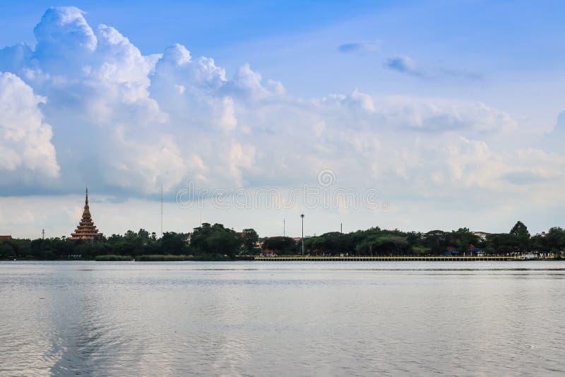 剪影寺庙泰国名字& x22; Wat Nong Wang& x22;位于Khonkaen,泰国美丽的天空,当日落时 库存图片