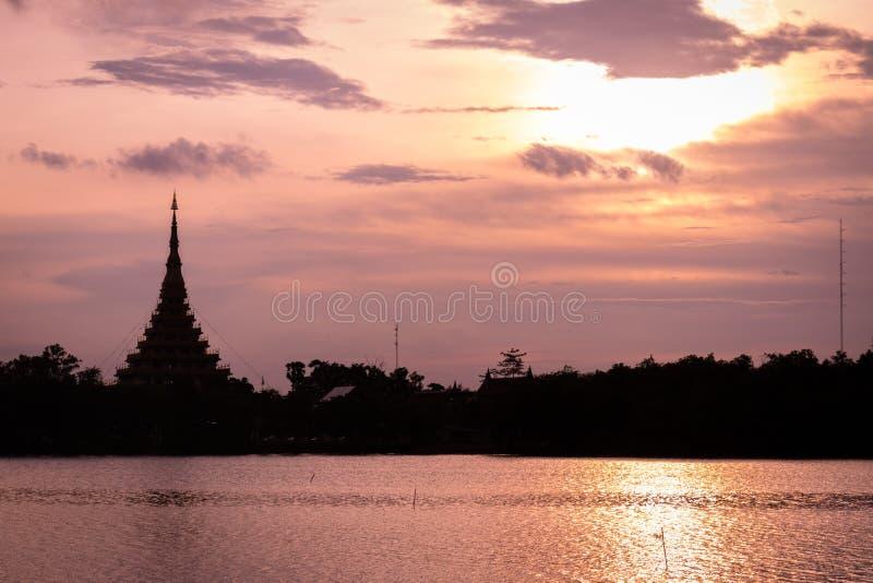 剪影寺庙泰国名字& x22; Wat Nong Wang& x22;位于Khonkaen,泰国美丽的天空,当日落时 免版税图库摄影