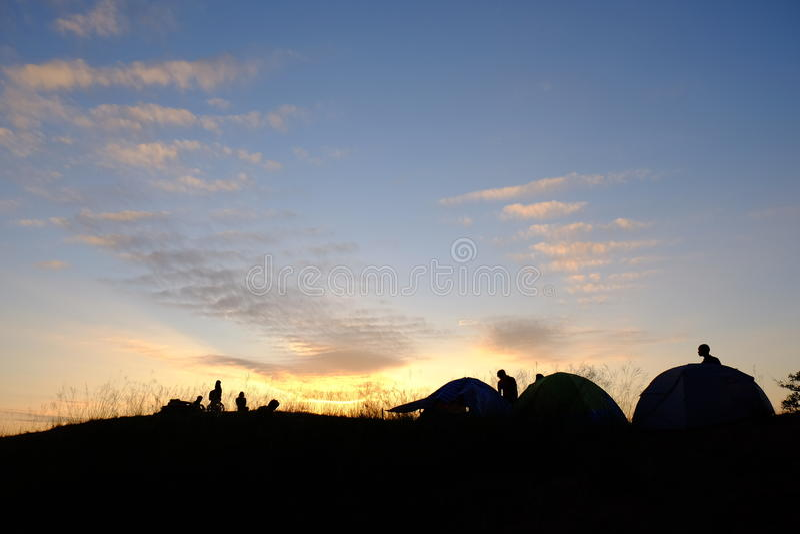剪影帐篷和野营的日落 免版税库存照片