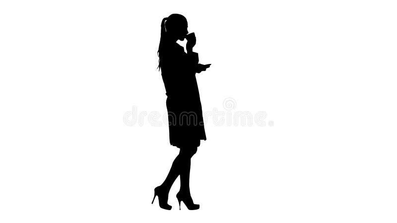剪影年轻护士放松的饮用的咖啡或茶,当走时 库存例证