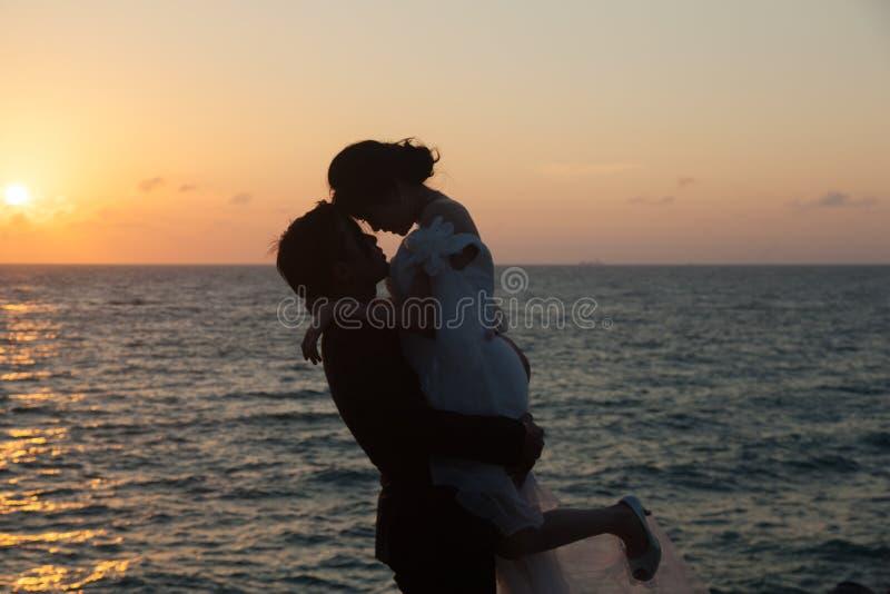 剪影新娘和新郎 免版税库存图片