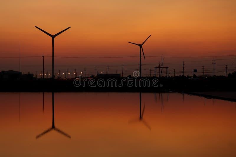 Download 剪影涡轮风 库存照片. 图片 包括有 能源, 环境, 黄昏, 夜间, 次幂, 影子, 黄色, 生成器, 天空 - 22353428