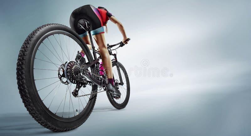 剪影的运动员骑自行车者在白色背景 库存照片