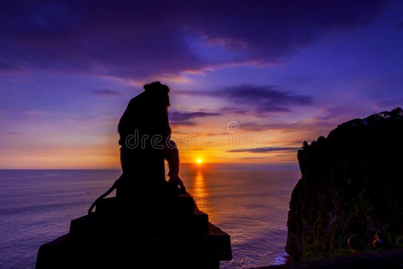 日落��b%�/i�k�y�_剪影看法胡闹在日落在uluwatu峭壁在巴厘岛, i