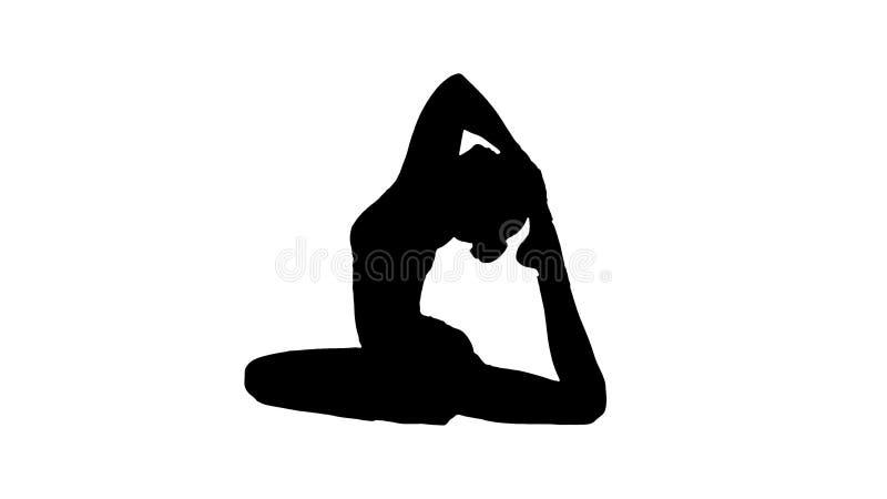 剪影美好的年轻womandoing的瑜伽或pilates锻炼 一个有腿的Pigeon国王姿势, Eka Pada Rajakapotasana 免版税库存照片