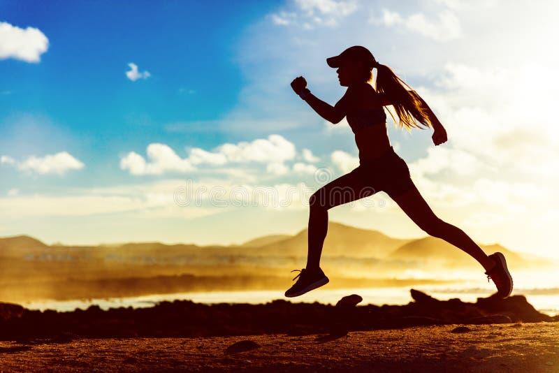 剪影运行在日落的运动员赛跑者 免版税库存照片