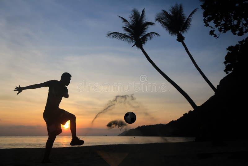 剪影齐射在海滩的反撞力橄榄球,在日出的亚洲人戏剧足球 库存图片