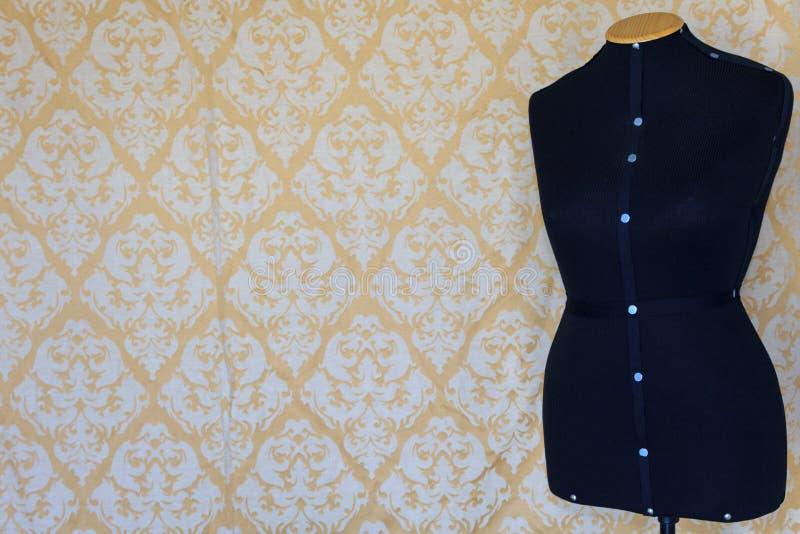 剪裁的母时装模特 与样式的墙纸在背景中 免版税库存图片