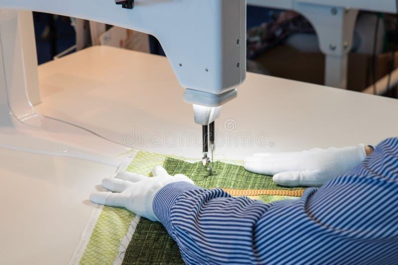 剪裁过程-妇女在她缝合后的` s手 库存照片