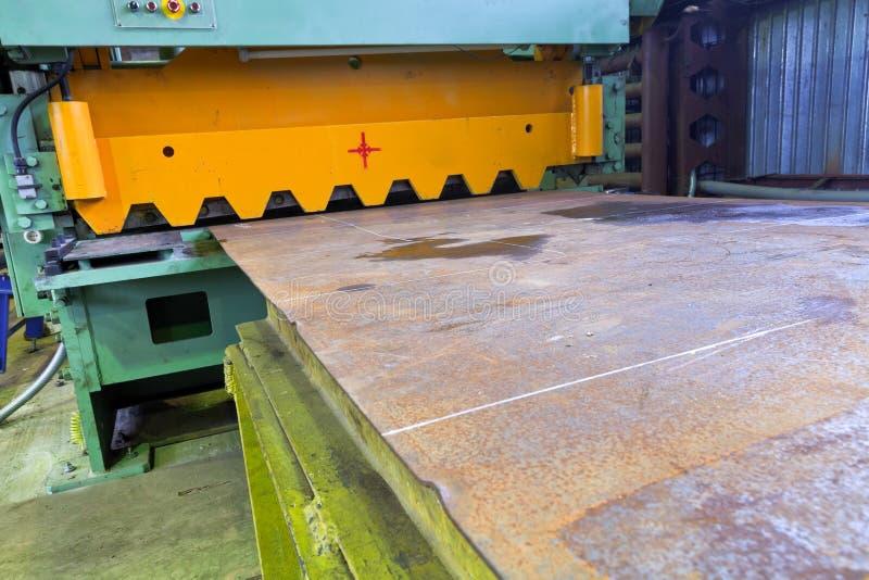 剪金属板的断头台机器 免版税库存图片