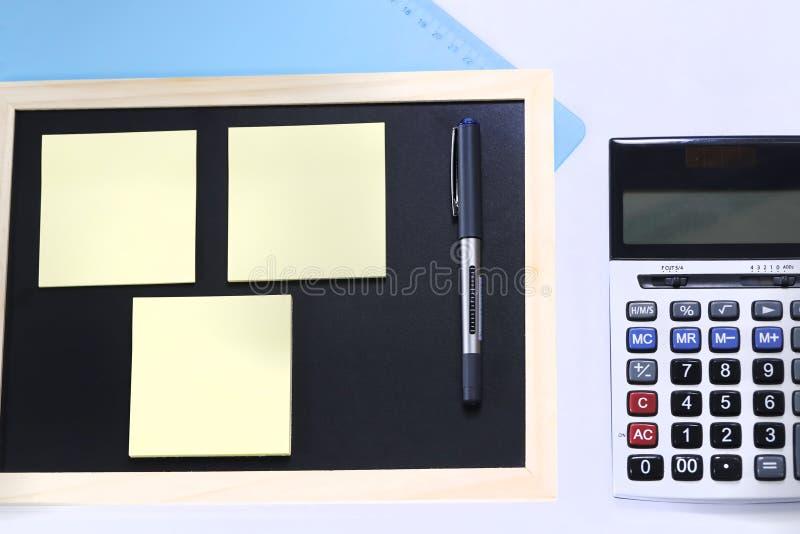 剪贴板、caculator和笔 免版税库存图片