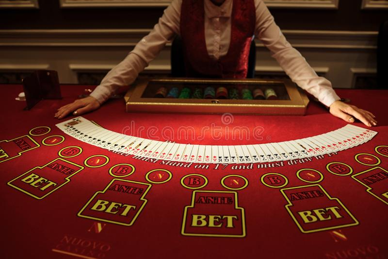 副主持人在赌博娱乐场做卡片拖曳  免版税图库摄影