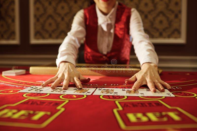 副主持人在赌博娱乐场做卡片拖曳  免版税库存照片