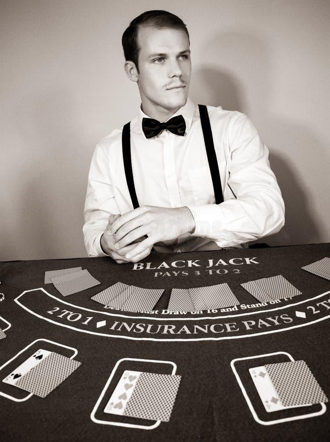 副主持人成交卡片在比赛大酒杯桌上 免版税库存照片