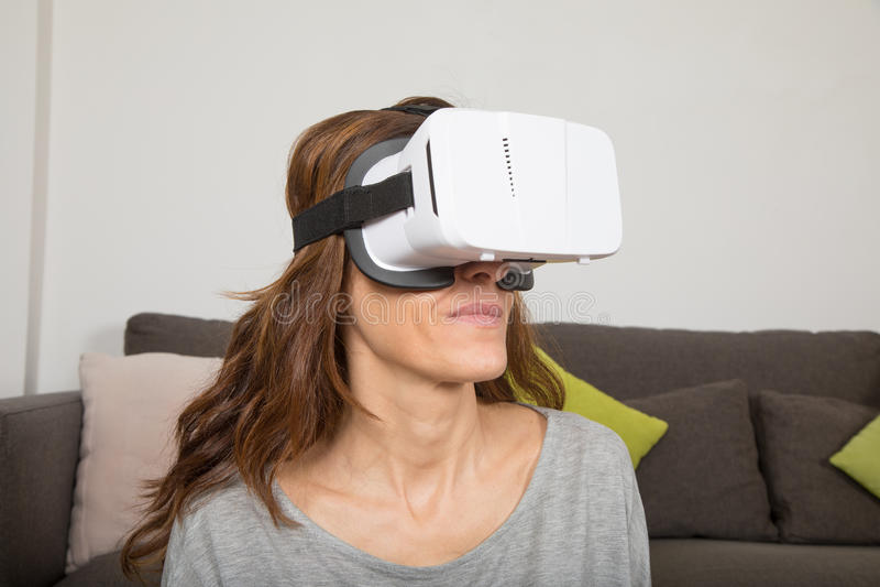 戴360副耳机眼镜的妇女 库存图片