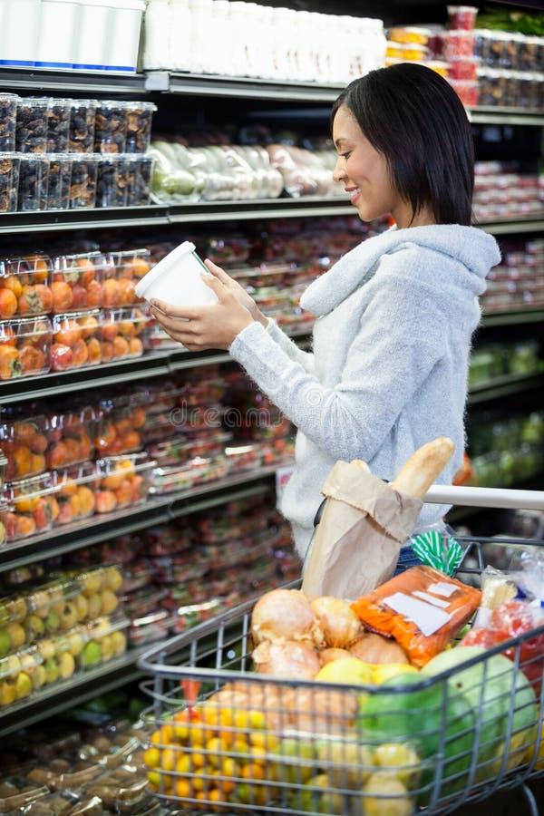 副食品的妇女购物 免版税库存图片
