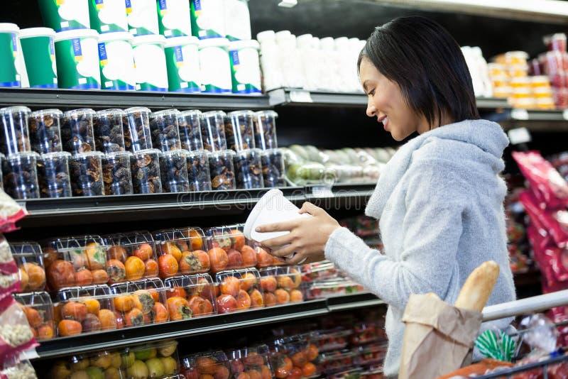 副食品的妇女购物 免版税库存照片