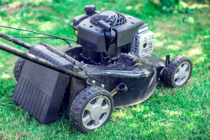 割的草坪,在绿草,刈草机草设备的割草机, 库存照片