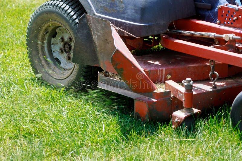 割的草坪,在绿草,刈草机草设备,割的花匠关心工作工具的割草机, 免版税库存图片