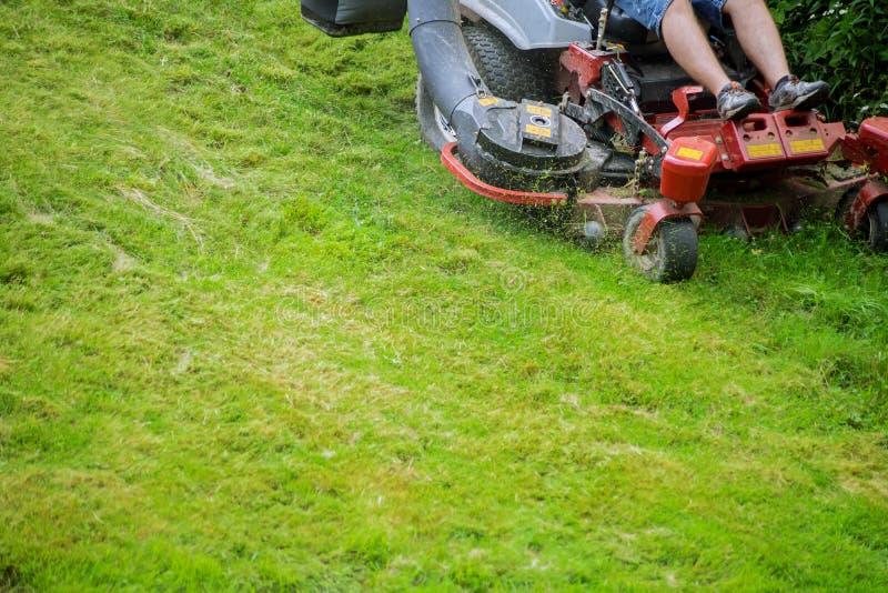 割草坪草坪的过程  免版税图库摄影