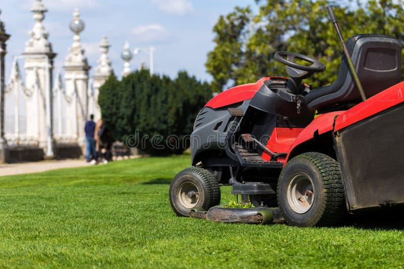 割草机剪了草 庭院工作概念背景 免版税库存图片